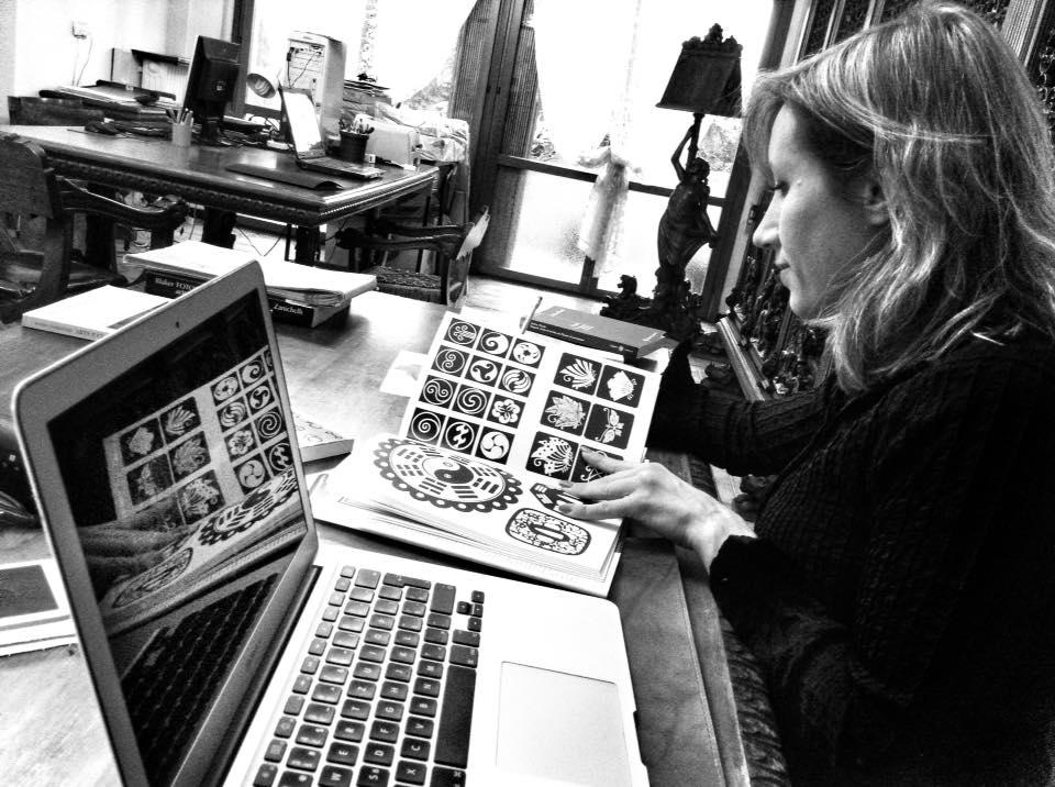 LUNA STANFORD - ART DIRECTOR - ESPERTA IN SIMBOLOGIA ARCANA E JUNGHIANA Diverse le specializzazioni e i riconoscimenti in campo di comunicazione e disegno creativo, è Art director e ricercatrice in ambito simbolico energetico ed olistico, da 18 anni si occupa di immagine e comunicazione a livello personale o aziendale. La Creazione di Loghi e Marchi aziendali, viene studiata in tutti gli aspetti della comunicazione visiva e inconscia. Ogni logo è un vestito che vi rappresenta, il quale deve essere perfettamente in linea con tutti i principi della comunicazione che viene percepita dal mondo esterno sia a livello visivo non verbale, che in linea con l'aspirazione subconcia della persona o del rappresentante. Un logo è la Vostra Essenza. Esso è energia, e possiede ego e personalità, è una chiave che rappresenta ciò che desiderate essere e mostrare agli occhi del mondo, in tutt'uno con la vostra immagine. 10401141_10208452997786216_8072452778783920007_n (1)Concetti uniti al simbolo stesso diventano un vero e proprio marchio distintivo rispetto al resto del mondo, un sigillo che vi appartiene e Vi identifica. CONSULENZA DI IMMAGINE Una vostra creazione che sia la vostra stessa immagine personale o un prodotto o servizio della Vostra Azienda, può essere accomunata al concetto di Brand (ovvero che idea hanno di esso i consumatori o il mondo esterno) ed è una Creatura che nasce e cresce nel mondo anch'essa con una propria identità, alla quale applicare graficamente principi strategici e psicologici. Seguire questi aspetti è stato da sempre la linea di uno staff professionale completo. Luna Stanford - Communication Award Plate RICERCATRICE OLISTICA Dal 2001 svolge ricerche in ambito energetico, biochimico e psocologico con valenza di terapia olistica, che sia essa atta allo sviluppo del campo di frequenza energetico e creativo della persona, che all'incremento della propria conoscenza individuale. Diversi gli approci e gli studi delle più differenti correnti di pensiero in a